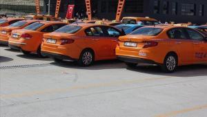 İBB, İstanbul Havalimanı'ndaki 302 taksinin çalışma ruhsatını yeniden askıya aldı