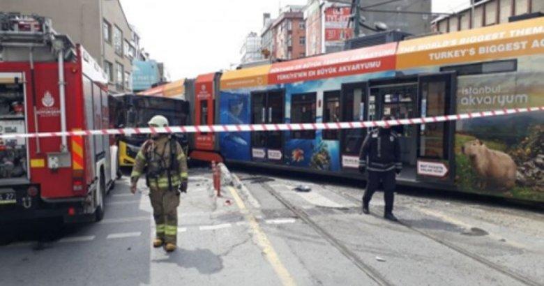 İstanbul'da feci kaza: Tramvayla İETT çarpıştı