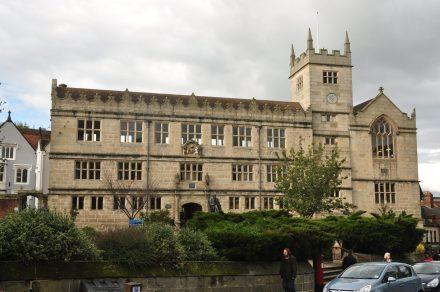 Escuela de Shrewsbury dirigida por Samuel Butler donde Charles Darwin pasó su régimen de internado (1818-1825). Actualmente se usa como biblioteca y en su entrada se encuentra una escultura en honor a Darwin.