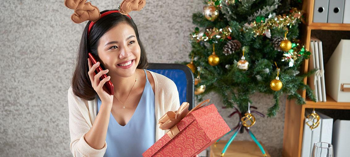 mujer en comunicación con su familia en esta Navidad y Fin de Año