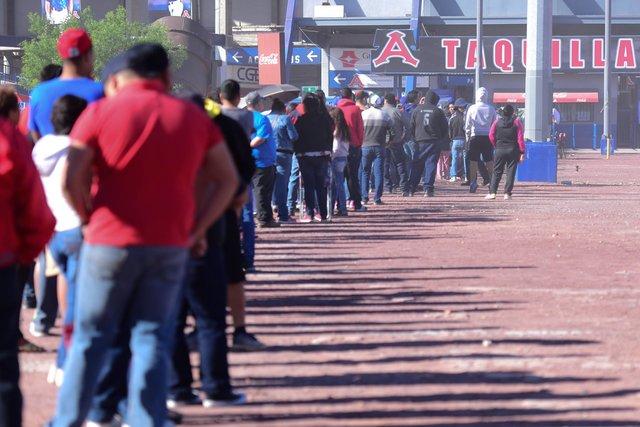 Aficionados pasan la noche en el Estadio Monclova para alcanzar boletos del primer juego de Acereros