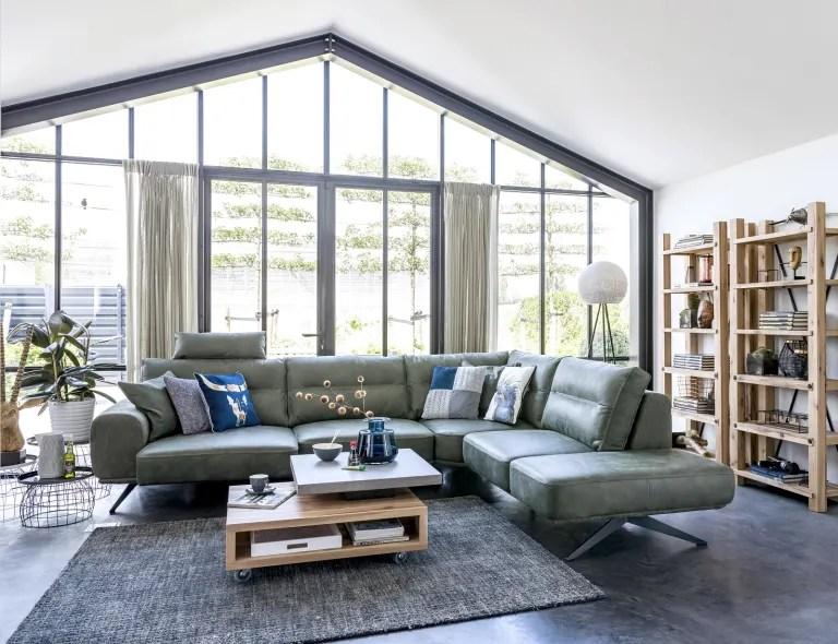 salon avec des meubles assortis