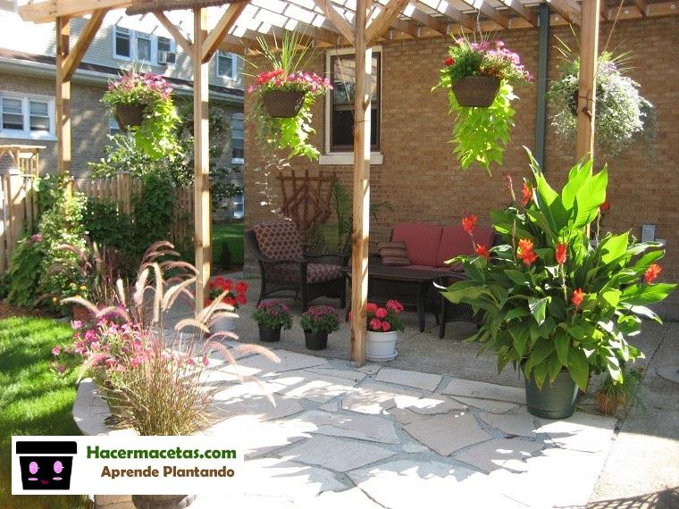 jardin con macetas colgantes