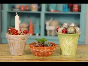 tres modelos de macetas de barro pintadas en estilo desgastado decoradas con velas y bolas de navidad