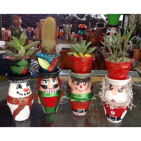 Lindas macetas superpuestas una sobre la otra se utilizan para hacer estas lindas figuras de navidad.