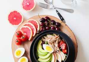 Bowl with greens, chicken, avocado, egg, tomato