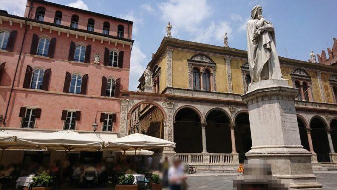 ヴェローナのシニョーリ広場のダンテの像