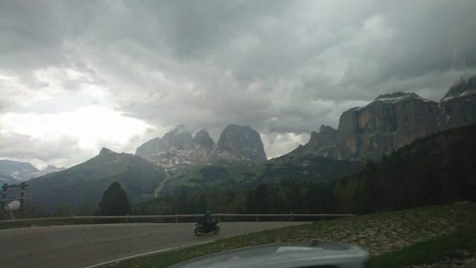 カレッツァ湖からポルドイ峠への道のりでの車窓から見える景色