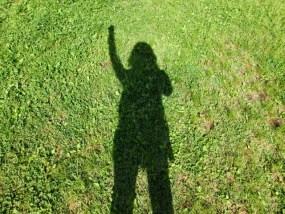 やる気まんまんの芝生に映る女性の影