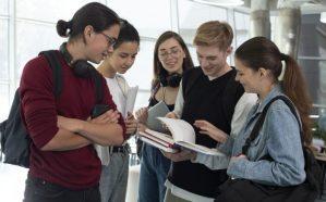 会話をする外国人学生