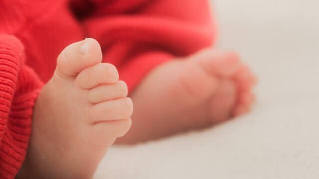 赤ちゃん(男の子)の足