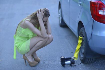 タイヤの交換時期をまちがってパンクさせてしまった女性
