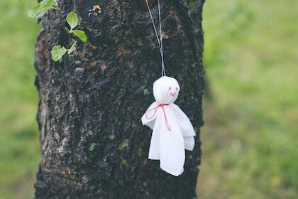 梅雨の時期に梅雨明けを願って吊るされるてるてる坊主