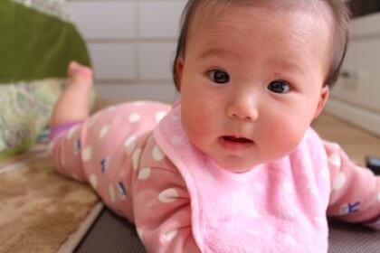 風通しの良い部屋をハイハイするデリケートな赤ちゃん