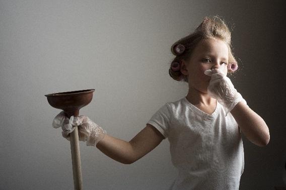 花粉症で家事に集中できない女の子