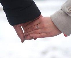 交際中で手をつなぐカップル