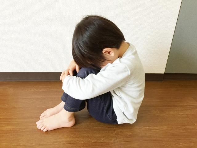 口内炎で泣く子供