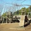 蕨市民公園の大きな木製アスレチックとバーベキュー広場
