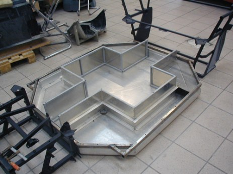 The aluminium baseplate contains the traction battery in a sandwich construction. (by TZ-MPF, image source)