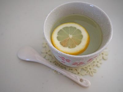 朝の1杯は「レモン白湯」で美肌デトックス
