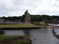 Castell Aberogwr a'r cerrig sy'n croesi'r rhyd