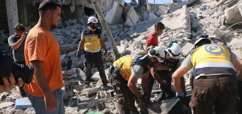 فرق الدفاع المدني تحاول انقاذ ضحايا القصف