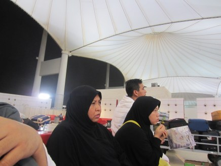 Menunggu di tenda besar layanan Maktab MUkala Al -Muwahad (United Agent Office)