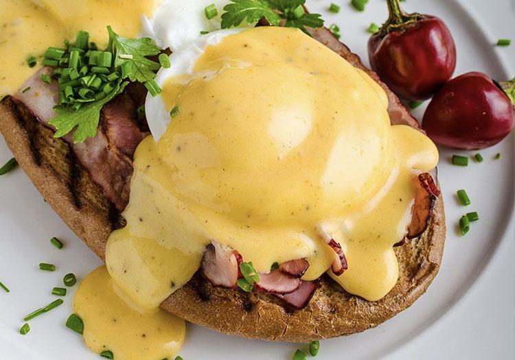 Hollandez Sos Tarifi - Eggs Benedict üzerinde hollandez sosu