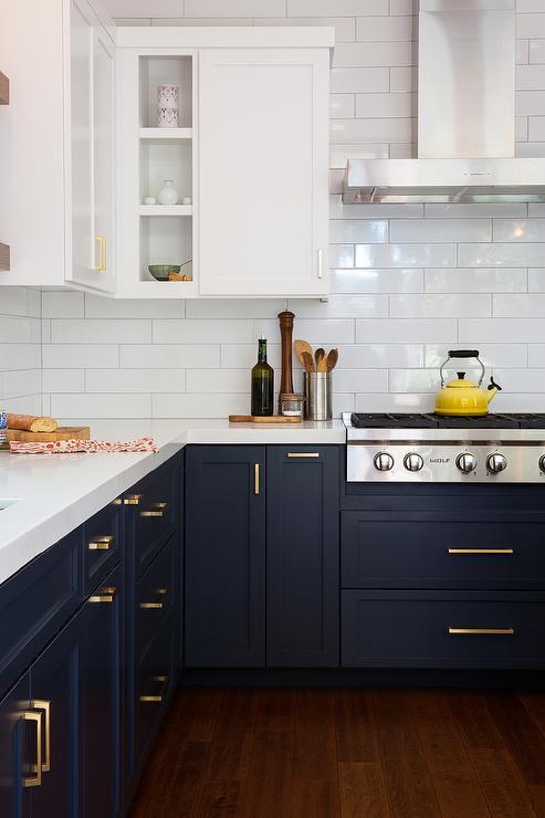 Cocina en blanco y Classic Blue