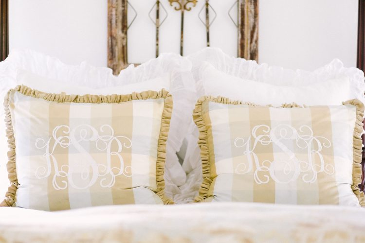 how to arrange pillows on a king or