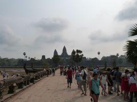 Gepflasterter Weg auf den Tempel zu