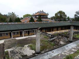 Blick von einer Ruine auf einen vollkommen neu errichteten Bau