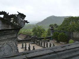 Grab von Khai Dinh - das wartende Gefolge