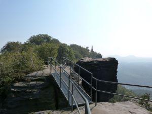 Über die Spitzen des Lilienstein, im Hinetrgrund der Obelisk