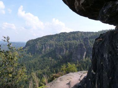 Auf diesem schmalen Felsvorsprung hätten wir in die Idagrotta steigen können...