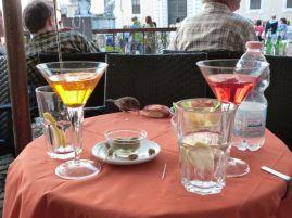 Frecher Spatz beim obligatorischen Aperitivo in piazza, hier ganz touristisch in Trastevere