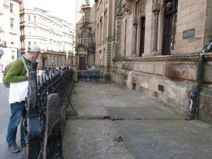Unter diesem roten Bereich (links) im Pflaster eines Vorhofs verlief angeblich der Hadrianswall