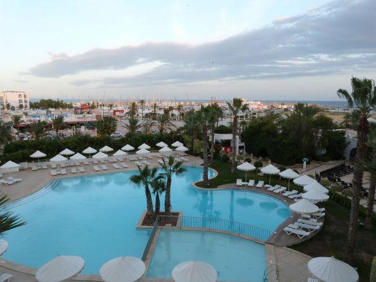 Blick von meinem Balkon auf den menschenleeren Hotelpool