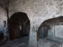 Eine der Kammern der Katakomben mit Arkosolium und späteren Altären