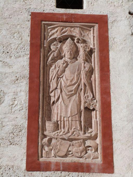 Heiliger Rupert - erkennbar an dem Salzfaß zu seinen Füßen - über dem Rübenwappen des Fürsterzbischofs Keutschach auf der Burg