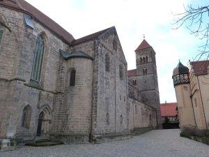 Schloßberg mit Stiftskirche (links) und Schloß (rechts)