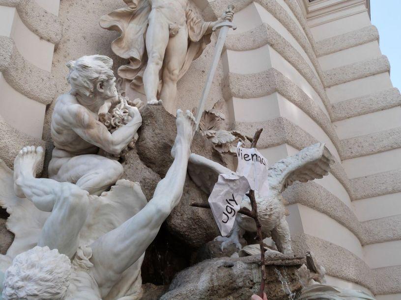 Auch die Skulpturen an Sisis Hofburg sind, wenn man ehrlich ist, eigentlich ziemlich monströs und scheußlich.