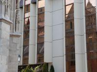 Reizvolle Spiegelung: Matthiaskirche meets sozialistische Architektur