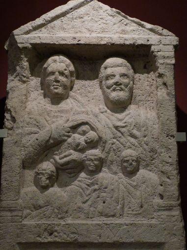 Familienporträt mit stillender Mutter auf einer Grabstele im Nationalmuseum