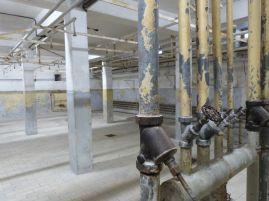 Die Duschen, unter denen die Häftlinge bei der Ankunft entweder mit eiskaltem oder mit kochenheißem Wasser abgeduscht wurden