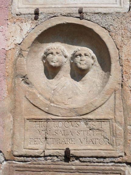 """""""Tritt ein Wanderer, hier war Sala"""" - neuzeitliche Inschrift auf römischem Grabstein am 'Prunnerkreuz'"""