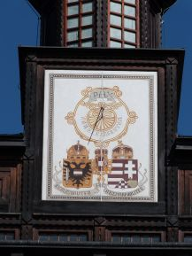 """Die Inschrift """"Pax"""" auf dem Kirchturm wirkt angesichts der im Innern gedachten Toten wie eine Farce"""