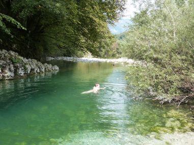 Kaum zu fassen - ich schwimme tatsächlich in dem kalten Bergfluß!!