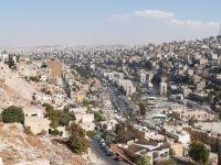 Blick von der Zitadelle von Amman auf die wachsende Hauptstadt mit endlosem Häusermeer am Horizont