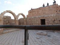 Hallabat - die auf den Mauern herumkletternde Dorfjugend tut der Ruine nicht wirklich gut